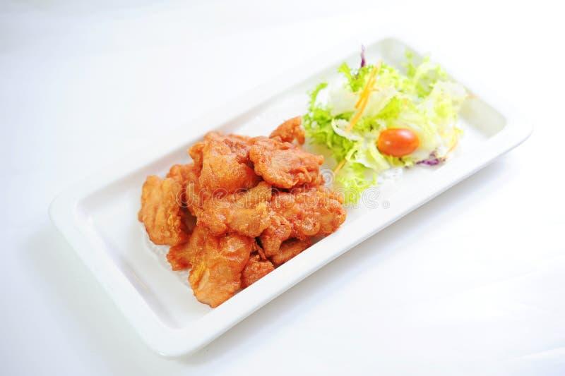 Pollo fritto con lo slad dei pomodori e della lattuga sul vassoio bianco immagini stock libere da diritti
