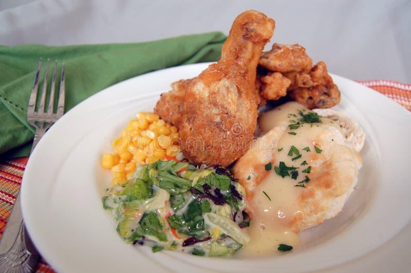 Pollo fritto con mais, i biscotti e l'insalata immagine stock