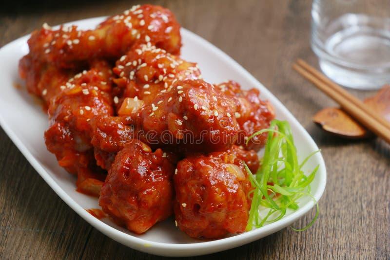Pollo fritto coreano sul piatto bianco sulla tavola di legno fotografie stock