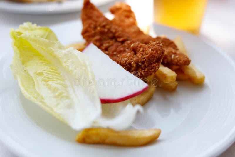 Pollo fritto e patate con lattuga, ravanello immagini stock