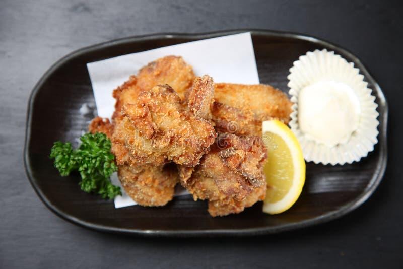 Pollo fritto giapponese su un tavolo da pranzo fotografia stock libera da diritti