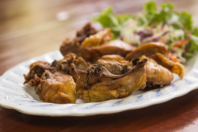 Pollo fritto nel grasso bollente con sale fotografia stock