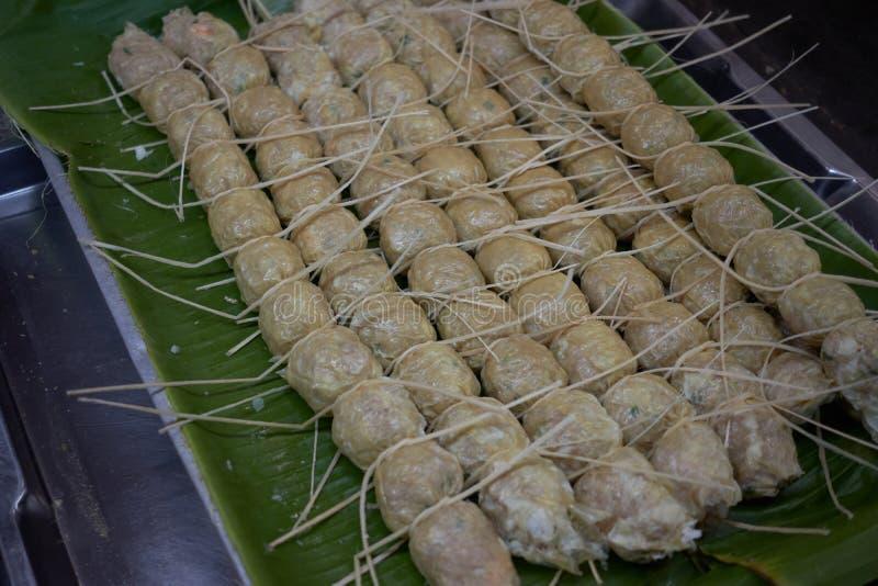 Pollo fritto nel grasso bollente marrone giallo dorato locale tailandese e polpa di granchio di stile tradizionale fotografie stock