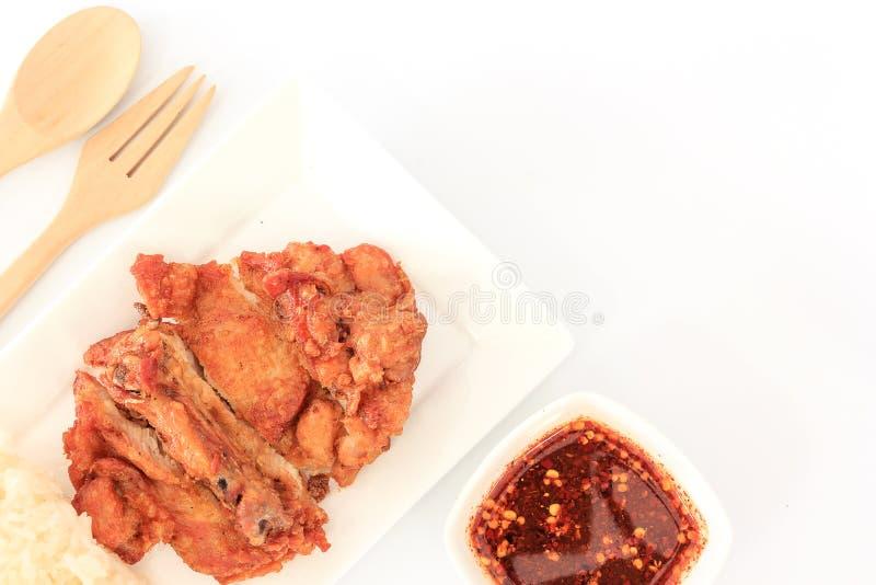 Pollo fritto tailandese di stile con salsa piccante rossa e riso appiccicoso isolati sulla tavola di legno immagine stock