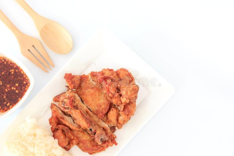 Pollo fritto tailandese di stile con salsa piccante rossa e riso appiccicoso sulla tavola di legno fotografia stock