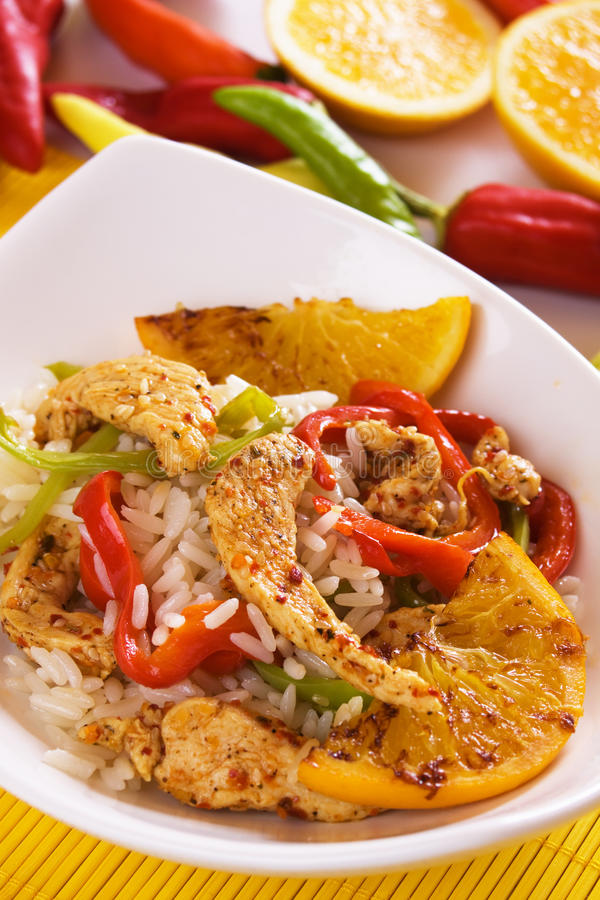 Pollo gastronomico asiatico con riso e l'arancio fritto immagini stock