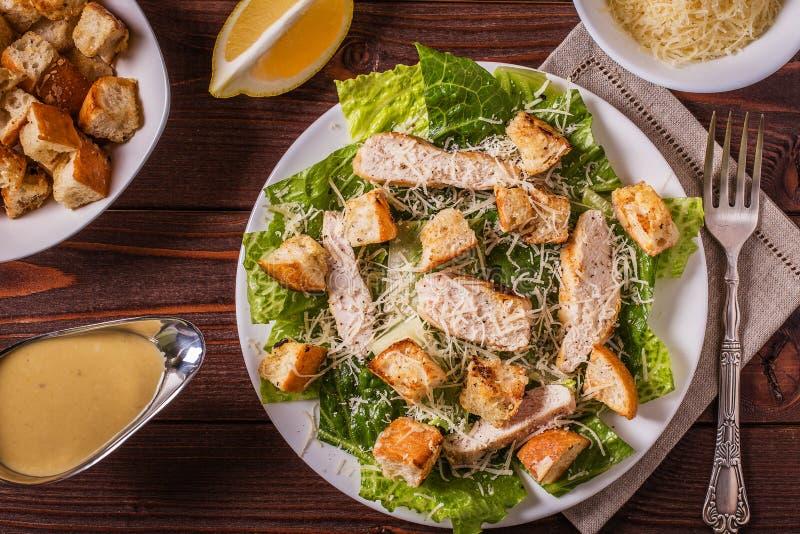 Pollo hecho en casa Caesar Salad con queso y cuscurrones fotografía de archivo