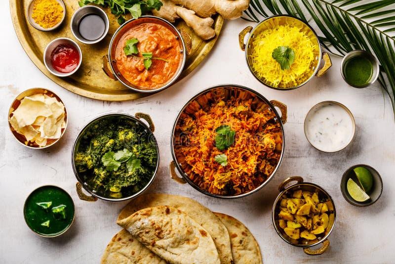 Pollo indio de la mantequilla del curry de la comida, Palak Paneer, Chiken Tikka, Biryani, Papad, Dal, arroz con pan del azafrán  foto de archivo