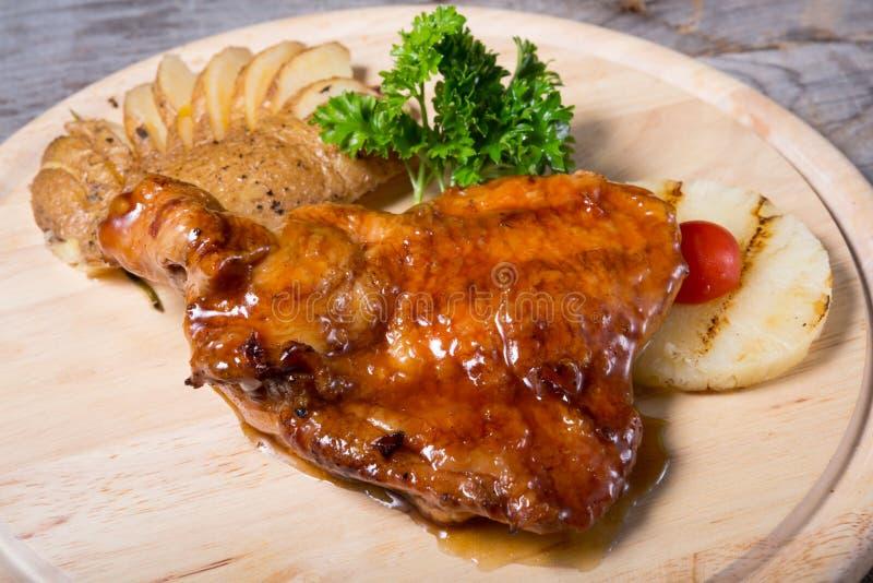 Pollo infornato con la patata al forno e l'ananas fotografia stock libera da diritti