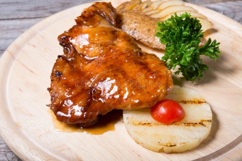 Pollo infornato con la patata al forno e l'ananas immagini stock libere da diritti