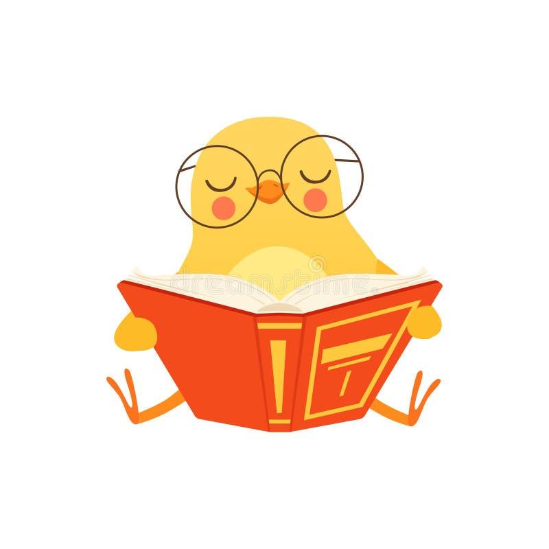 Pollo lindo del bebé en los vidrios que se sientan en el piso y que leen un libro, ejemplo divertido del vector del carácter del  stock de ilustración