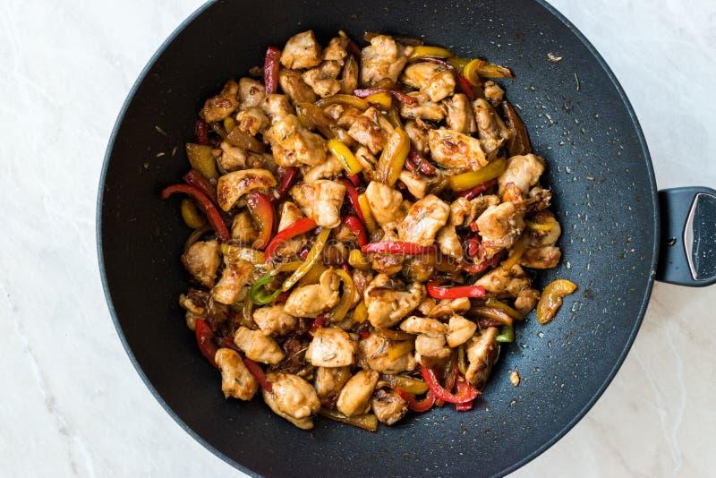 Pollo mancese con la salsa di soia, Julienne Vegetables nella pentola del wok del ferro/nella cottura asiatica di stile immagine stock libera da diritti