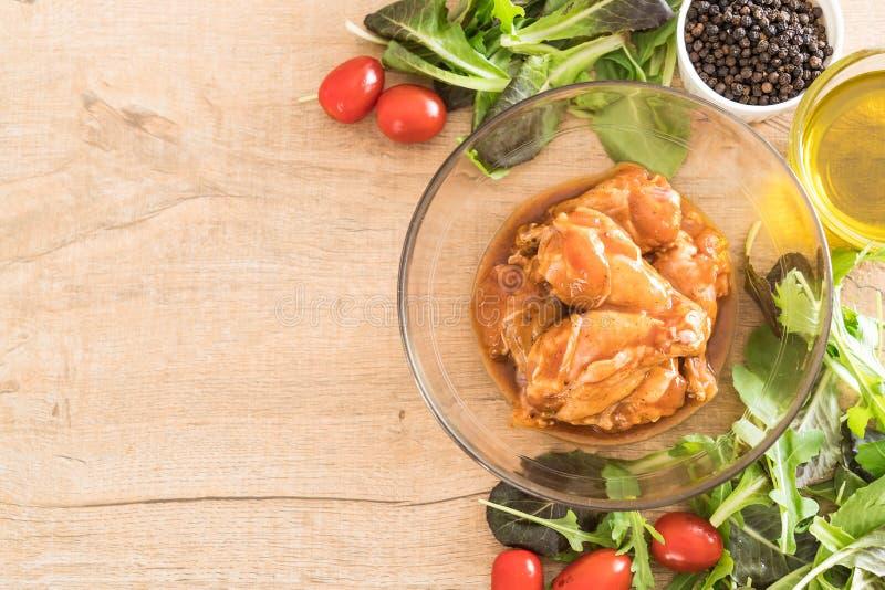 pollo marinato con salsa immagini stock libere da diritti