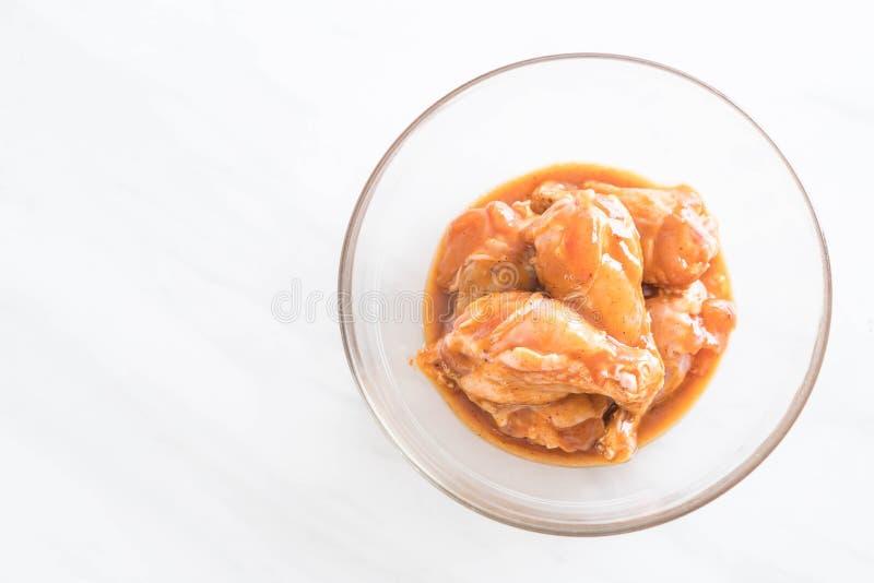 pollo marinato con salsa immagine stock