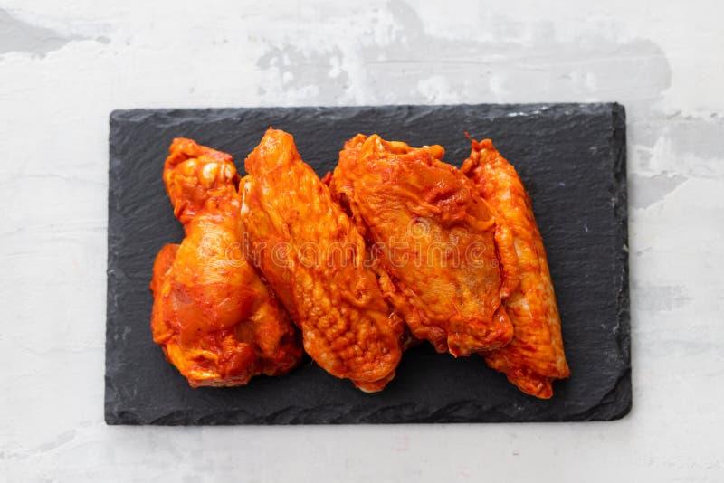 Pollo marinato sul bordo ceramico nero fotografie stock