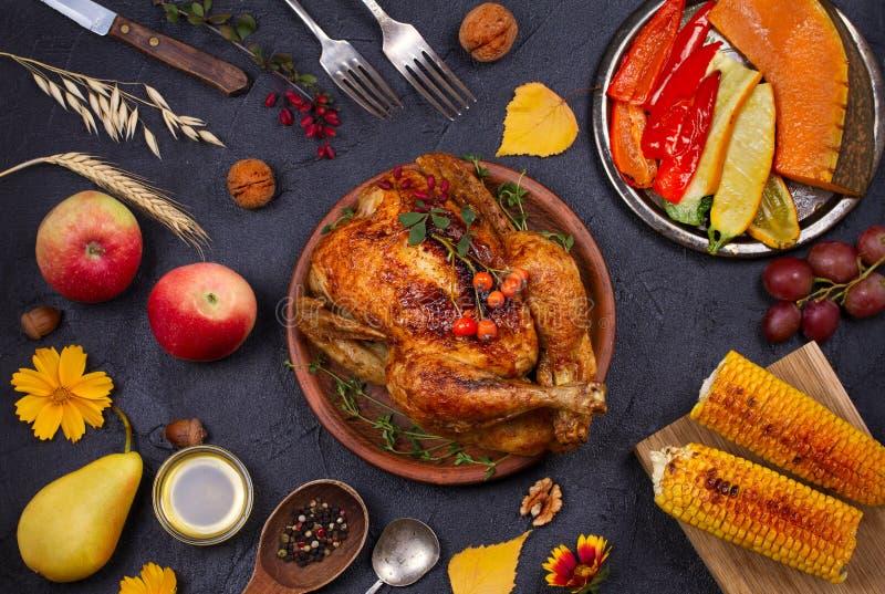 Pollo o tacchino, cibo dell'alimento di autunno Fondo dell'alimento di giorno e del raccolto di ringraziamento fotografie stock
