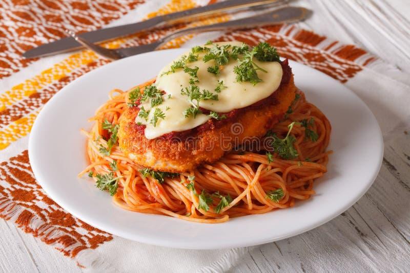 Pollo Parmigiana e pasta con il primo piano dei pomodori fotografia stock
