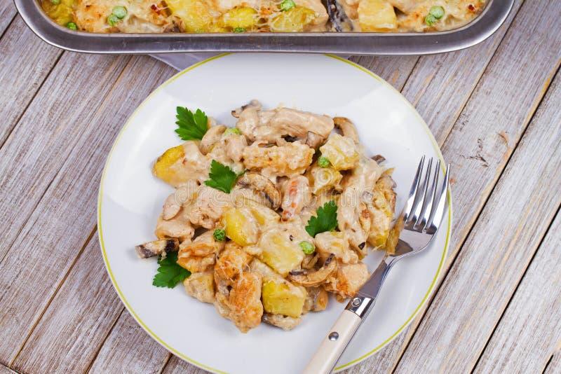 Pollo, patata y setas cremosos cocidos fotografía de archivo