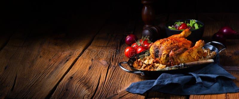 Pollo piccante arrostito con i chicchi dell'orzo e funghi fotografia stock libera da diritti