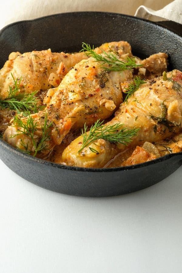 Pollo piccante con salsa in una padella Vista superiore da sopra fotografia stock libera da diritti