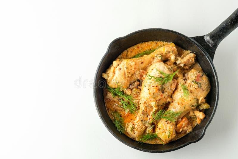 Pollo piccante con salsa in una padella Vista superiore da sopra immagine stock libera da diritti
