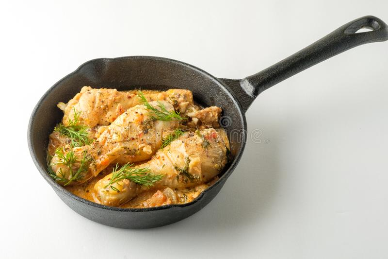 Pollo piccante con salsa in una padella Vista superiore da sopra immagini stock libere da diritti