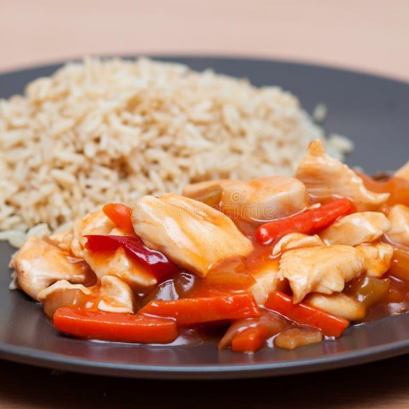 Pollo in salsa dolce con le verdure ed il riso fotografia stock libera da diritti