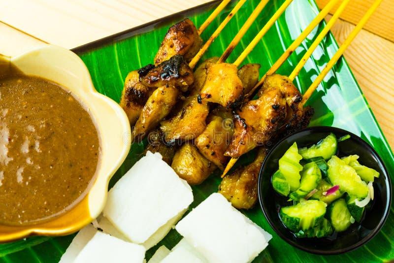 Pollo satay con la salsa cúbica del arroz, atjar y del curry de la haba tradi foto de archivo libre de regalías