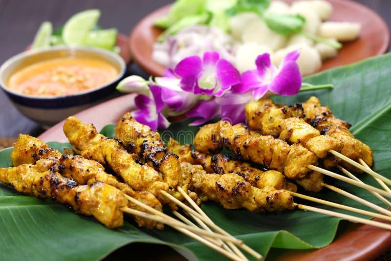 Pollo satay con la salsa dell'arachide, cucina indonesiana dello spiedo immagini stock