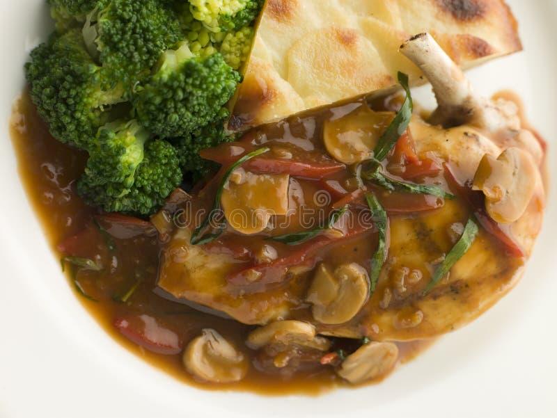Pollo Sauteed Chasseur con broccolo immagine stock libera da diritti