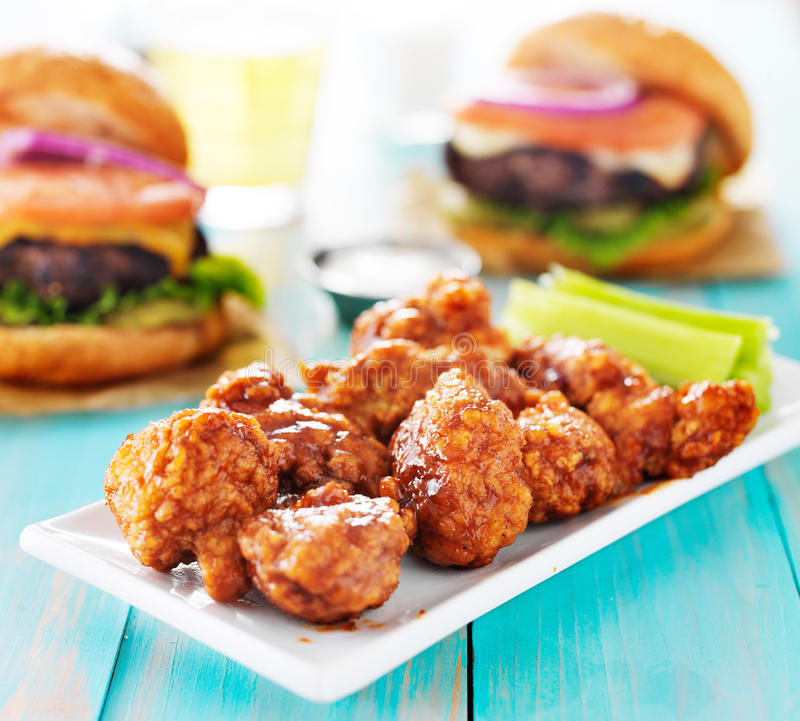 Pollo sin hueso de la barbacoa con las hamburguesas y la cerveza imagen de archivo