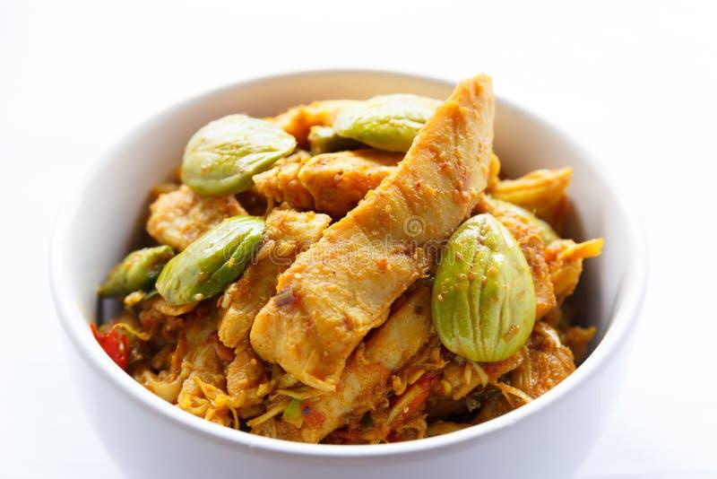 Pollo sofrito con la haba del hedor en goma del curry imagen de archivo