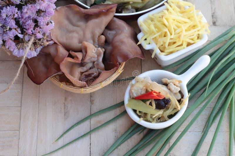 Pollo sofrito, jengibre y jengibre fresco cortados foto de archivo