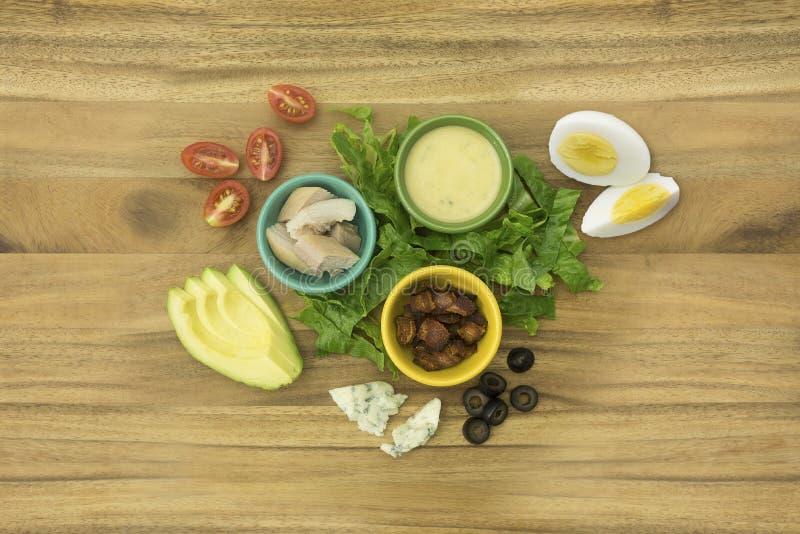 Pollo, tocino, huevo, tomate, ingredientes de la ensalada de Cobb del queso del Bleu fotografía de archivo