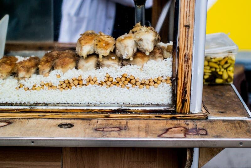 Pollo y arroz turcos de la comida de la calle con los garbanzos / pilav del tavuk imagenes de archivo