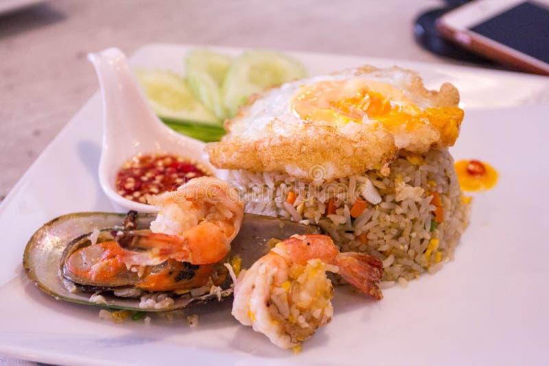 Pollo y mariscos Fried Rice en plato fotos de archivo