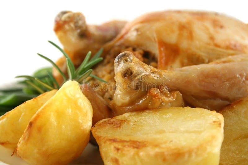 Pollo y patatas cocidas al horno fotografía de archivo
