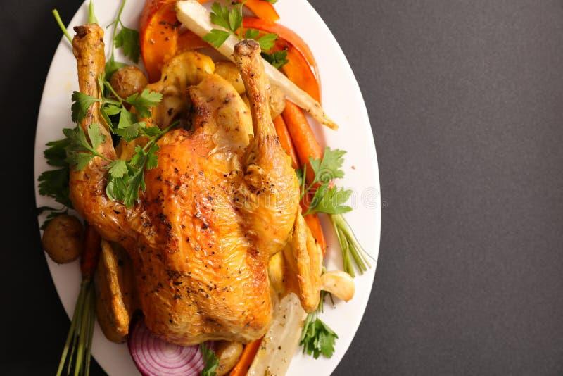 Pollo y verdura cocidos imagen de archivo