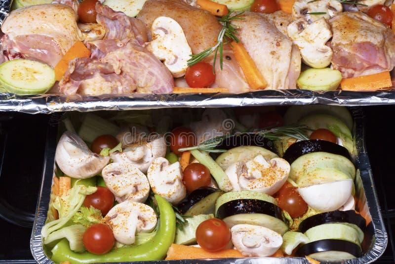 Pollo y verduras cocidos en horno foto de archivo libre de regalías