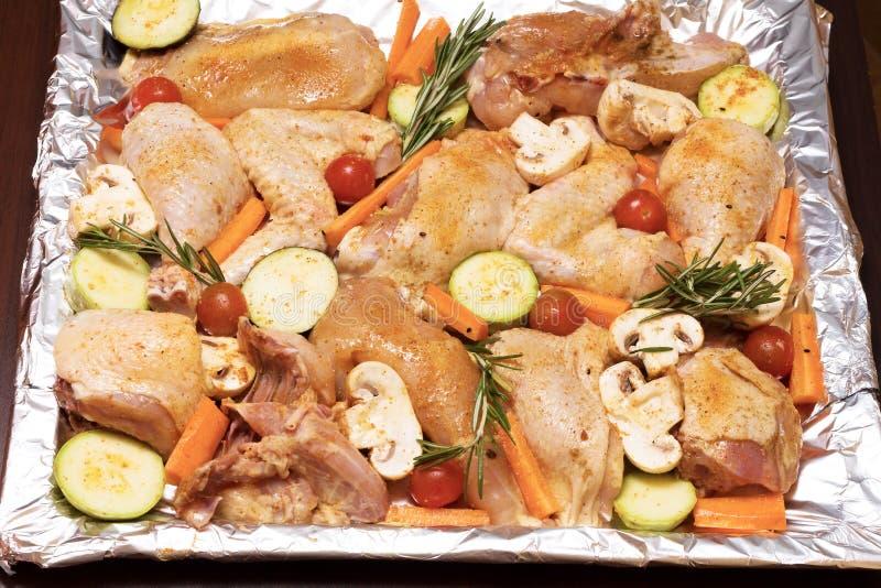 Pollo y verduras cocidos en horno fotografía de archivo libre de regalías