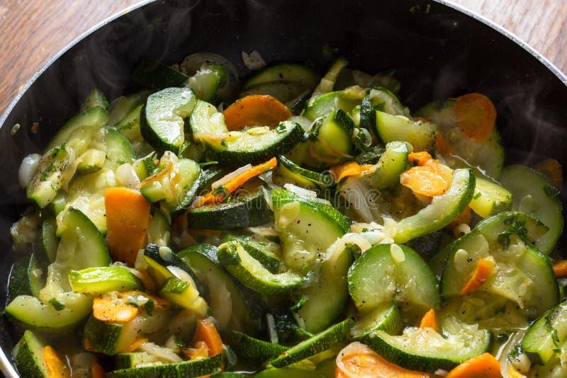 Pollo zanahoria y calabac?n en la comida vegetal de la cacerola, almuerzo de la cocina fotografía de archivo libre de regalías