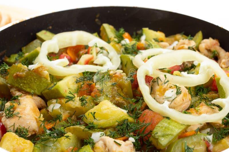 Pollo zanahoria y calabacín en la comida vegetal de la cacerola, cocinando fotografía de archivo