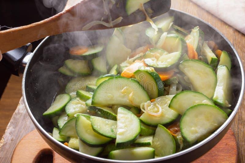 Pollo zanahoria y calabac?n en la comida vegetal de la cacerola, paprika foto de archivo libre de regalías
