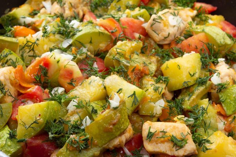 Pollo zanahoria y calabac?n en la comida vegetal de la cacerola, plato de la cocina foto de archivo libre de regalías