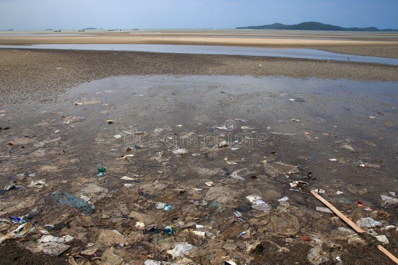 Pollué sur la plage et l'environnement de rebut en plastique photos libres de droits