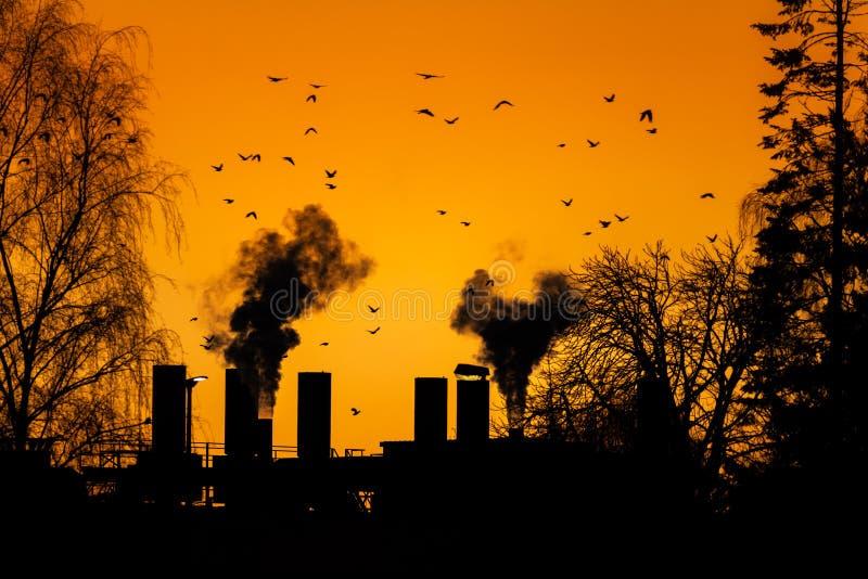 Pollution atmosphérique avec de la fumée des cheminées d'usine photos libres de droits