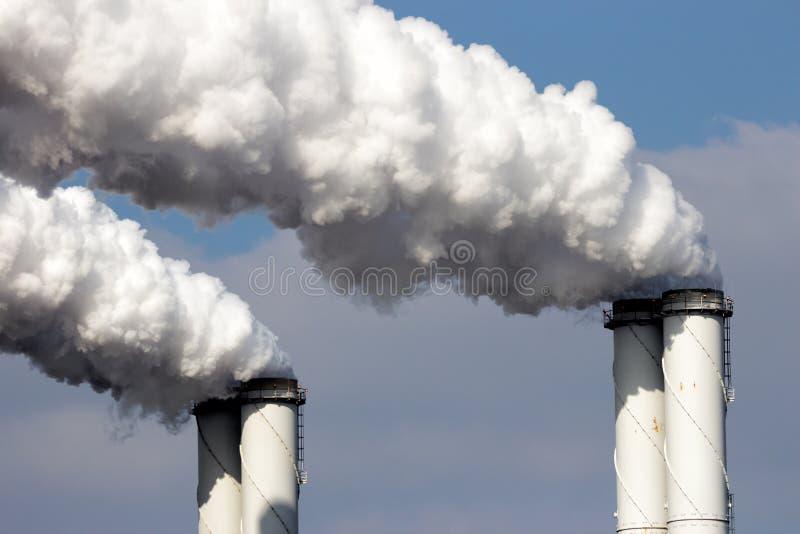 Pollution atmosphérique d'usine photo libre de droits