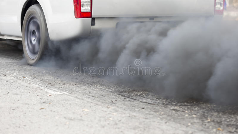 Pollution atmosphérique de pot d'échappement de véhicule photographie stock libre de droits