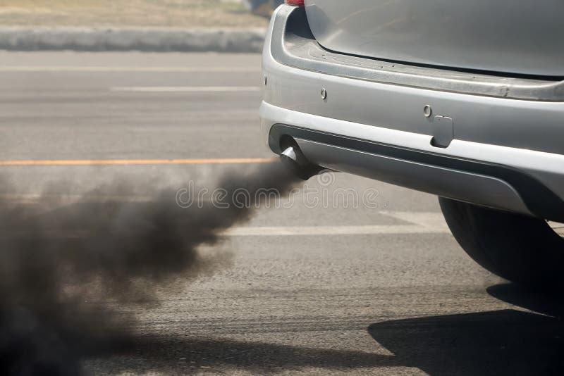 Pollution atmosphérique de pot d'échappement de véhicule sur la route photos stock