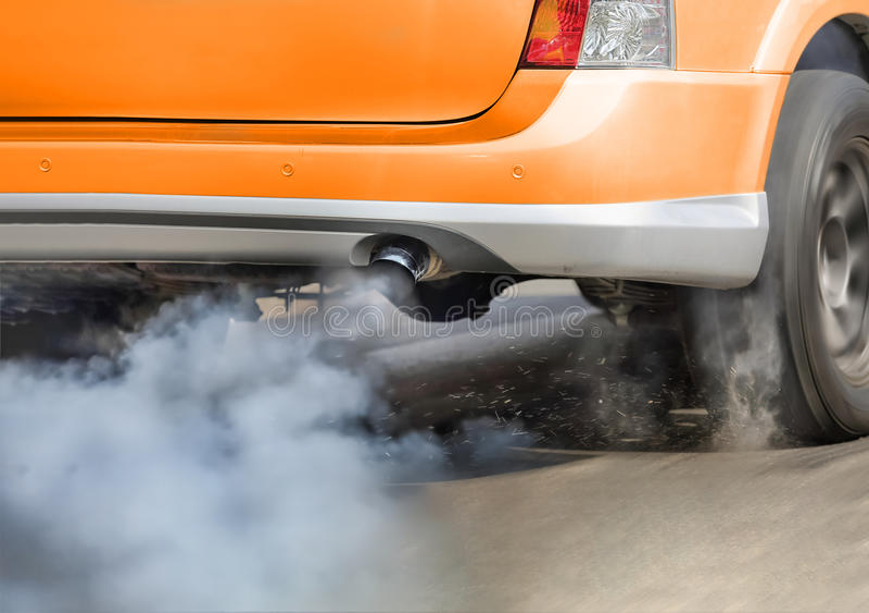 Pollution atmosphérique de pot d'échappement de véhicule sur la rue images stock